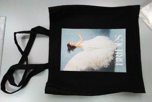 Черная сумка с образцом от британского клиента была напечатана на текстильном принтере DTG